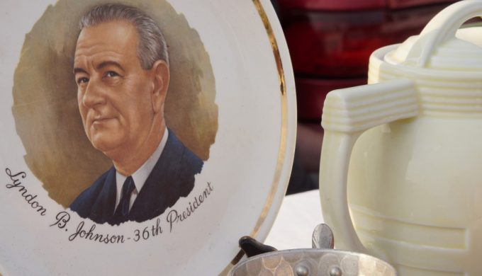 president-lyndon-johnson-collector-plate-on-display-at-flea-market_t20_4l12Wy (1)